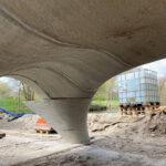 Nieuwe foto's van de plaatsing van de 3D geprinte betonnen brug