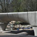 De 29,5 meter 3D geprinte betonnen brug wordt geplaatst