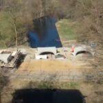 Korte filmimpressies van de plaatsing van de 29,5 meter 3D geprinte betonnen brug
